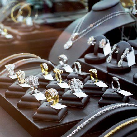 c40f14d546491 Właściciele sklepów z biżuterią zdają sobie sprawę, że sprzedają nie tylko  luksusowy produkt, jakim jest biżuteria, ale i wyobrażenie o nim, ...
